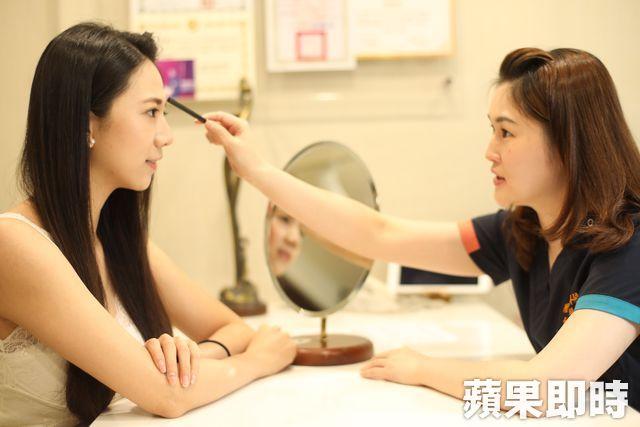 術前進行全臉評估,醫師可針對各個部位建議施打玻尿酸的劑量。張世平攝